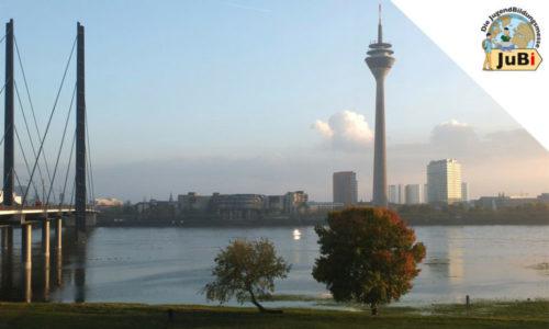 Rheinturm Düsseldorf und Rheinpromenade