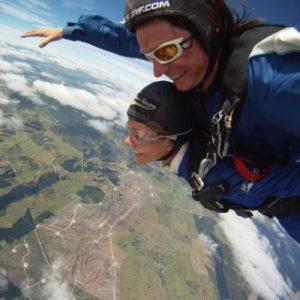 Jugendliche beim Fallschirmspringen