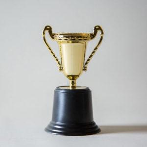 goldener Pokal vor grauem Hintergrund