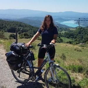 eine junge Frau mit einem Fahrrad