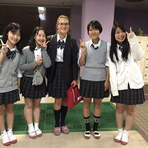 5 Schülerinenn posieren für ein Foto