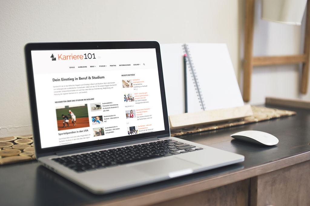 Laptop auf Tisch mit Website karriere101.de geöffnet