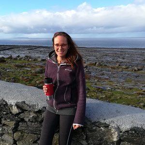 eine Frau posiert vor einem Strand