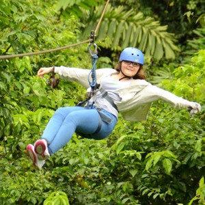 ein junges Mädchen hängt an einer Seilbahn