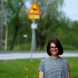 ein Mädchen posiert an einer Straße