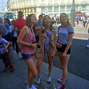 drei Mädchen in Sommerkleidung