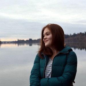 ein Mädchen vor einem See