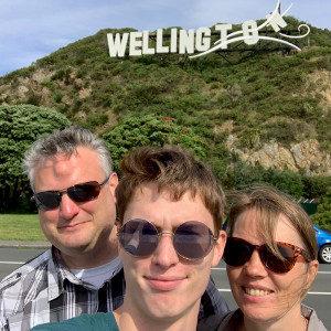 """3 Menschen posieren vor einem """"Wellington"""" Schriftzug"""
