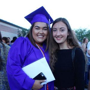 zwei Schülerinnen posieren beim Schulabschluss