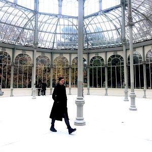 eine junge Frau in einem Atrium