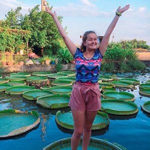 eine junge Frau posiert an einem See