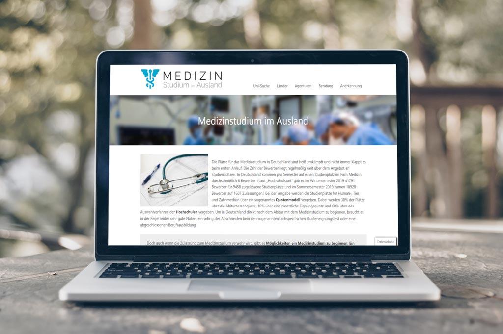 Laptop auf Tisch mit Website medizinstudium-im-ausland.de geöffnet
