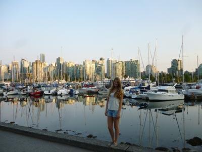 Frau vor Hafen und Skyline