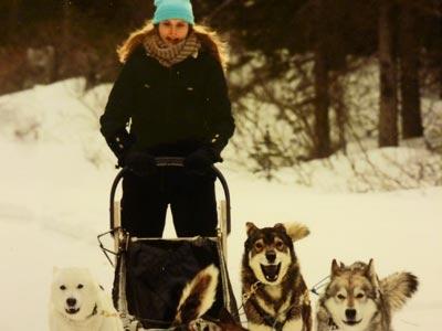 Frau mit Hundeschlitten