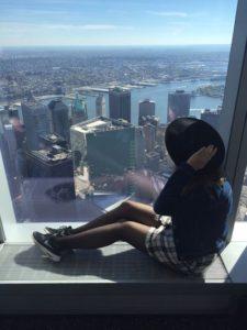 Frau mit Hut vor Aussicht über Stadt