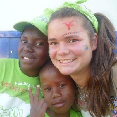 weltweiser · Angemalte Freiwillige mit Kindern