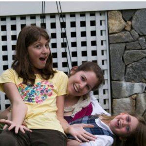 Lachende Mädchen albern herum