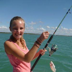 weltweiser · Schülerin beim Angeln auf dem Meer