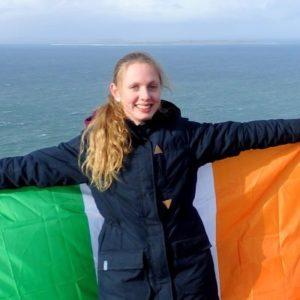 weltweiser · Schülerin steht mit irischer Flagge an der Küste