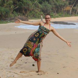 Lächelnde Frau am Strand