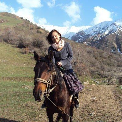 weltweiser · Freiwillige reitet in den Bergen