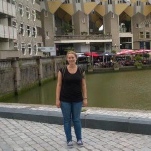 Lächelnde Frau vor Kanal