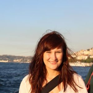 Junge Frau am Meer