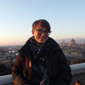 Junge Frau über den Dächern Roms