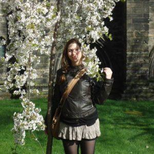 Junge Frau mit blühendem Baum