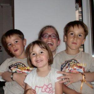 ein Au-Pair Mädchen mit 3 Kindern
