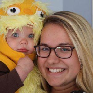 ein Au-Pair Mädchen mit einem Baby