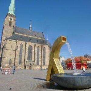Moderner Springbrunnen bei einer Kirche