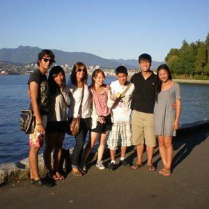Urlaubsfoto einer Familie am Wasser