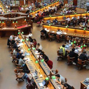 Bibliothek mit Arbeitsplätzen von oben