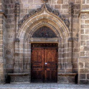 Große Holztür einer Kathedrale