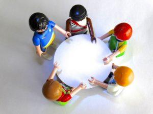 Spielfiguren an rundem Tisch