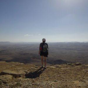 Junge Frau vor einer weit auslaufenden Landschaft
