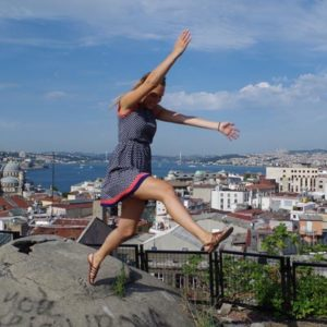 Junge Frau an einem Aussichtspunkt in Istanbul