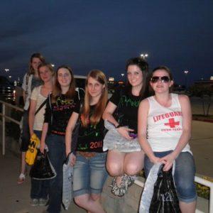 Gruppe von jungen Frauen an einem Parkplatz