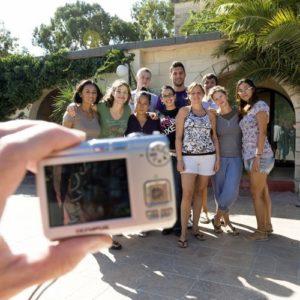Gruppenbild von Teilnehmern einer Sprachreise, im Vordergrund eine Kamera