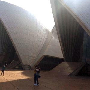 Fußgänger vor Sydney Opera House