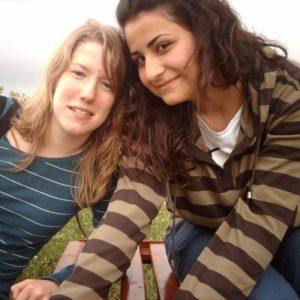 Zwei Mädchen auf einer Bank