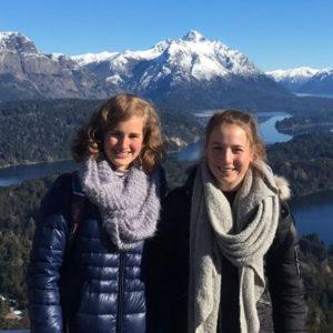 Mädchen vor Seen und Bergen