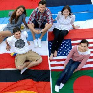 Menschen sitzen auf Flaggen