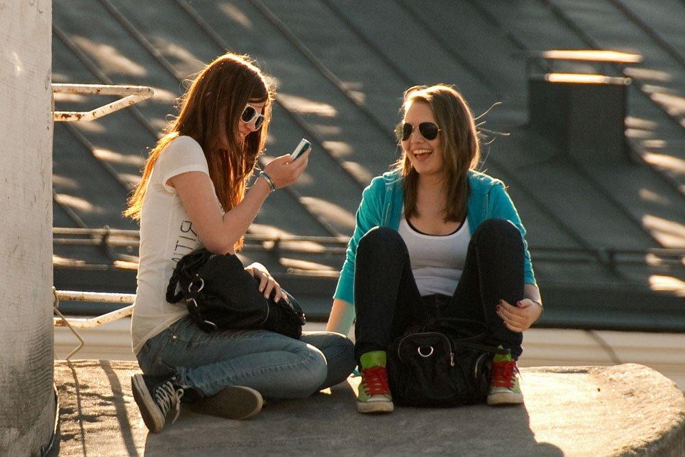 weltweiser · 2 Mädchen sitzen in der Sonne