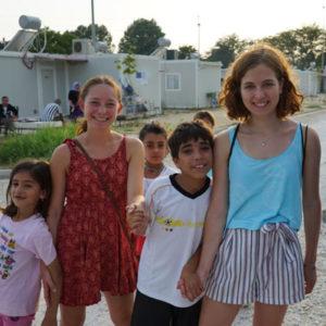 Freiwillige mit Kindern in Griechenland