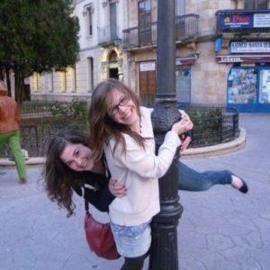Zwei Mädchen an einer Straßenleterne