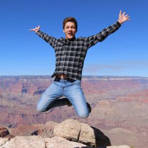 Jugendlicher vor einem Canyon