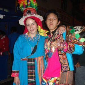 Zwei Jugendliche in bunten Kostümen