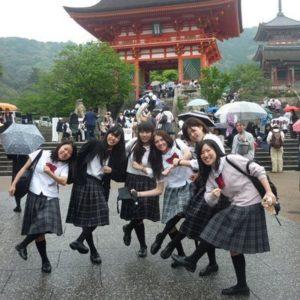 Gruppenbild von Schülerinnen vor einem japanischen Tempel